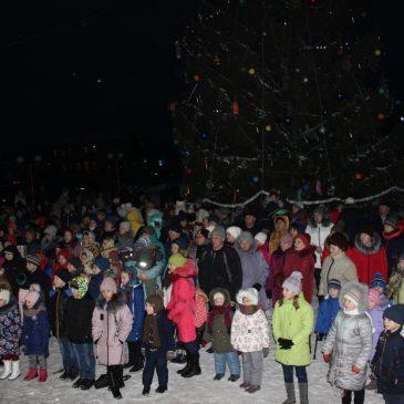 За доброю традицією, 19 грудня, в День Святого Миколая відбулось відкриття міської новорічної ялинки