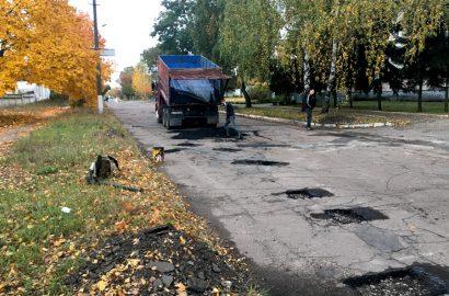 Ямковий ремонт доріг у Сновську по вул. Незалежності та Архітектурній