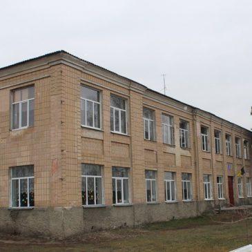 У двоповерховому приміщенні міської ЗОШ №2 замінили вікна