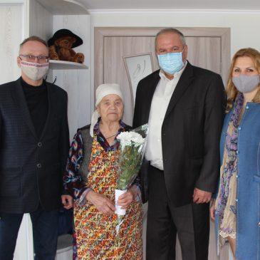 Керівники громади та району відвідали ветеранів вдома і привітали їх зі святом