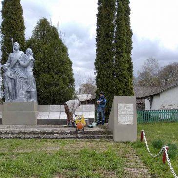 Впорядкували територію та оновили пам`ятники і обеліски в громаді