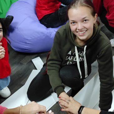 У майбутньому Молоджіному просторі молодь збирає меблі